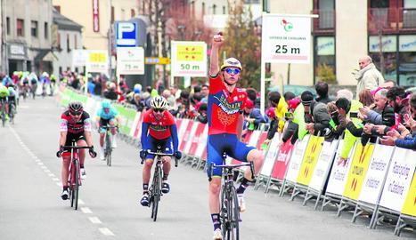 Jarlinson Pantano aixeca el braç al creuar guanyador la meta de Vielha, amb el grup molt a prop.