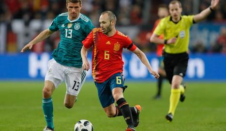 El barcelonista Andrés Iniesta va portar la batuta de la selecció mentre va estar sobre el camp.