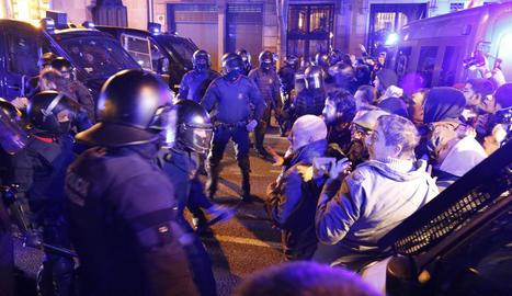 Milers de veïns de Lleida es van concentrar ahir a la nit per demanar la llibertat dels 'presos polítics'.