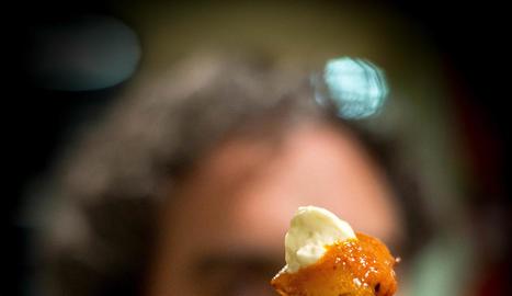 la feina que no es veu. En bars com el Roma cada dia tallen incomptables quilos de patates per servir desenes de racions.