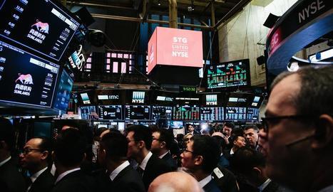 Agents de borsa treballen al parquet de la Borsa de Nova York durant l'obertura de divendres.