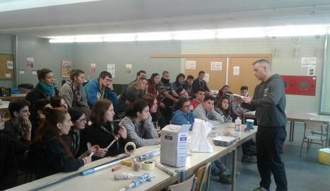 Els joves van participar ahir en un taller de pintura per saber com hauran de treballar.