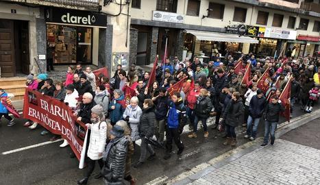 La manifestació va recórrer el centre de Vielha i va acabar a la plaça del Conselh.
