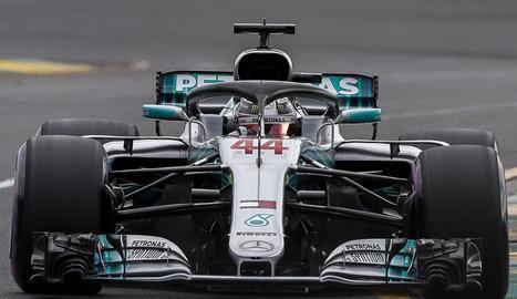 El Mercedes de Lewis Hamilton, durant la sessió d'entrenaments d'ahir.