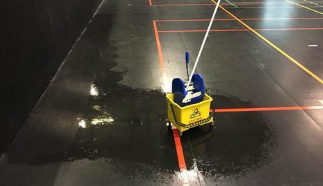 Goteres a causa de la pluja al pavelló municipal Juanjo Garra