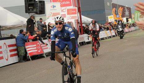 L'alemany Max Schachmann, poc després de creuar la línia de meta com a guanyador de l'etapa.