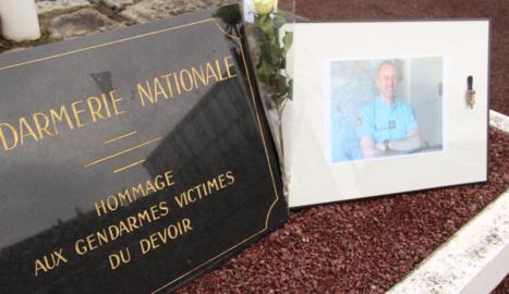 Homenatge a Arnaud Beltrame, el gendarme que va morir en l'atac al sud de França.