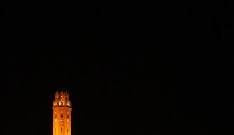 La Seu Vella il·luminada, a l'esquerra, i a la dreta a les fosques quan van apagar-se els llums.