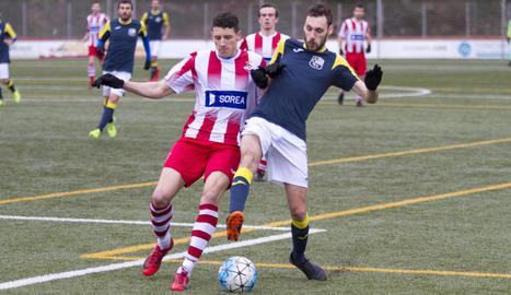 El capità del Valls mira de rematar la pilota davant la pressió de dos jugadors del Borges, ahir durant el partit.