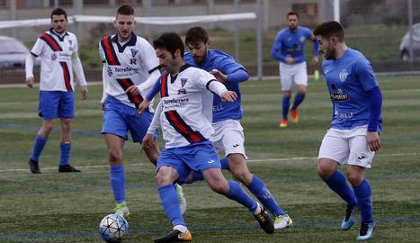 Un jugador del Torrefarrera és perseguit per un dels homes de Jordi Mayoral.
