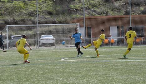 Un jugador de l'Alcoletge desplaça la pilota davant la pressió rival.