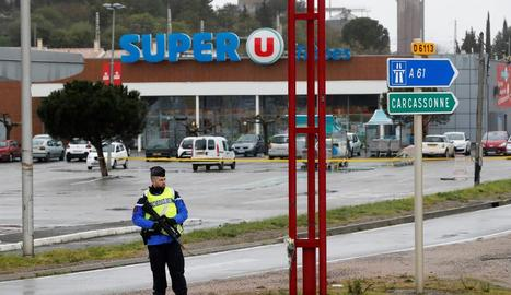 Vigilància policial davant del supermercat.