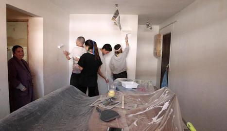 Millores en diversos habitatges i una escala de la Mariola per voluntaris