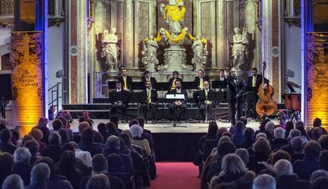 Antoni Ros Marbà saluda el públic de Cervera abans de dirigir la seua creació 'Quatre vegades vint'.