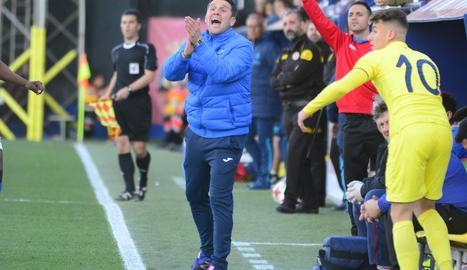 Gerard Albadalejo, donant instruccions als jugadors durant el partit de dissabte a Vila-real.