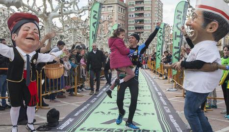 Raül Arenas arriba a meta amb la nena Laura Galán en braços.