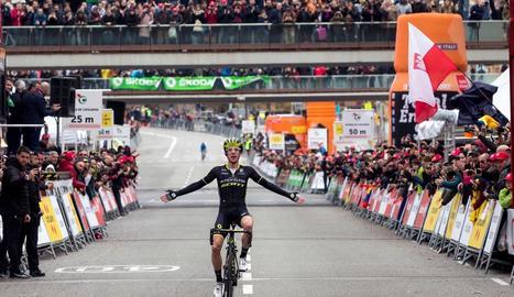 Alejandro Valverde celebra al podi la seua tercera victòria a la Volta a Catalunya.