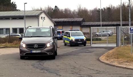 Un furgó policial trasllada suposadament Puigdemont de comissaria a la presó de Neumünster.