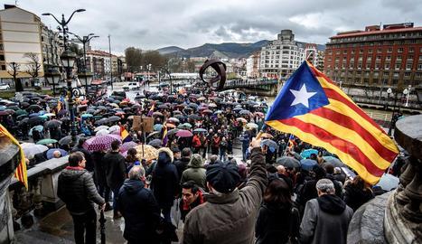 """Mobilitzacions al País Basc - El coordinador general d'EH Bildu, Arnaldo Otegi, va demanar ahir donar una resposta """"ferma"""" i """"unitària"""" des del País Basc a l'""""ofensiva de l'Estat"""" contra els qui """"retallen les llibertats nacio ..."""
