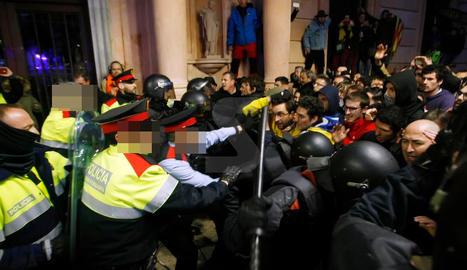 Concentració davant de la subdelegació del Govern espanyol a Lleida i tall de les vies de l'estació de Renfe