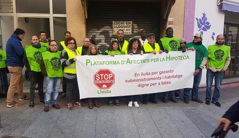 La PAH, concentrada ahir per frenar un desnonament al carrer Unió.