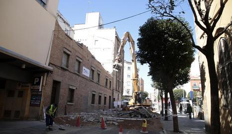 Imatge dels treballs de demolició, que obliguen a tallar Bisbe Messeguer.