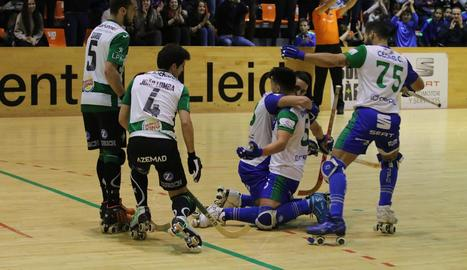 Jugadors de l'ICG Software celebren un dels gols que van marcar davant del Tomar portuguès.