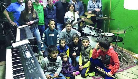 Alumnes de l'escola de música de Castellserà ja practiquen la cançó que tocaran al festival.