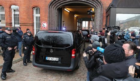 Expectació a l'arribar a la presó de Neumünster la furgoneta on es creia que anava Puigdemont.