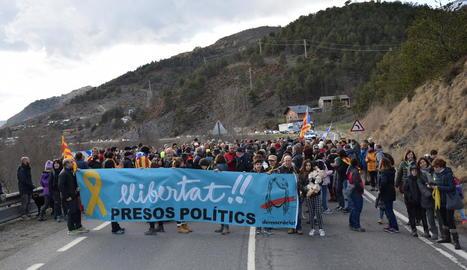 Els manifestants van cremar pneumàtics a l'autovia entre Alcarràs i Soses.