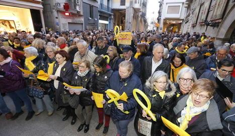 La plaça Paeria va tornar a congregar centenars de persones per demanar la deslliura dels presos polítics.