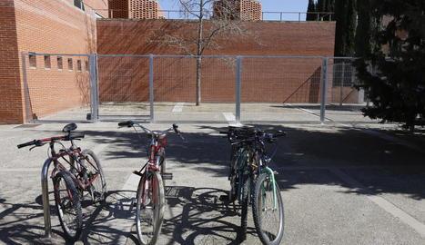 La macrogàbia per a bicis, al costat d'un pàrquing a l'aire lliure.