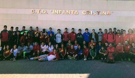 Els atletes i entrenadors que estan concentrats a Los Alcázares, Múrcia.