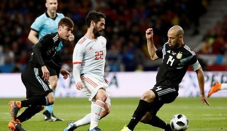 Isco, autor d'un 'hat-trick', supera l'exblaugrana Mascherano ahir a l'amistós entre Espanya i Argentina.