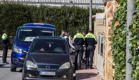 Agents policials retiren els cossos trobats a Las Torres de Cotillas, a Múrcia.