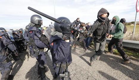 Dos agents dels Mossos moments abans de la càrrega per dissoldre el tall de carretera de Soses.