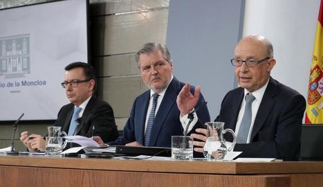 El ministre d'Economia, Román Escolano; el portaveu, Méndez de Vigo, i el d'Hisenda, Montoro, ahir.