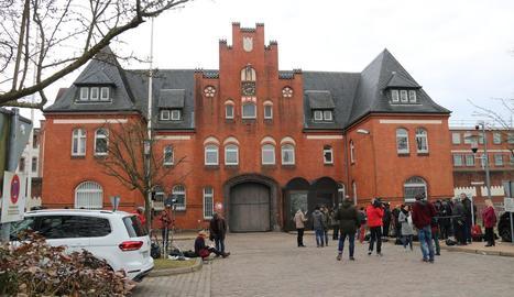 Gran desplegament ahir de periodistes a les portes de la presó alemanya on està Puigdemont.