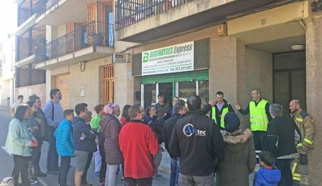 Veïns desallotjats atenen les explicacions de tècnics i bombers, ahir, a Tàrrega.