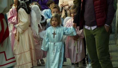 Un grup de nens assisteix a un ofici religiós a Bossòst.