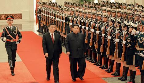 El líder nord-coreà, Kim Jong-un (dreta), al costat del president xinès, Xi Jinping.