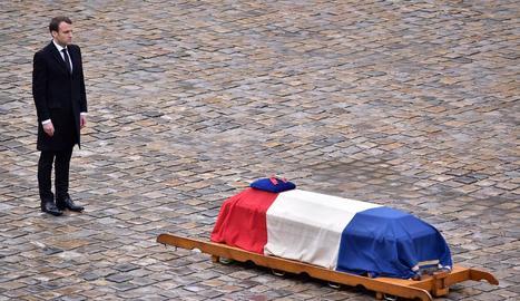 Emmanuel Macron davant del fèretre del gendarme que va morir per l'atemptat a Trèbes.