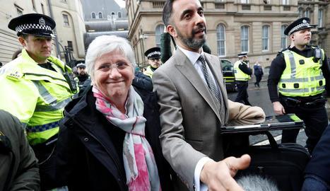 Clara Ponsatí i el seu advocat, Aamer Anwar, ahir després de sortir del jutjat a Edimburg.