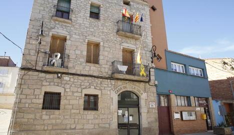 Puigverd de Lleida penja la bandera espanyola i la senyera a mig pal