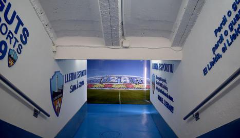 Imatge renovada del túnel dels vestidors - El Lleida Esportiu estrenarà un renovat túnel dels vestidors al partit de demà davant el Formentera. El nou accés al terreny de joc, amb les parets decorades amb lemes i escuts del club, s'adapta a  ...