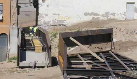 Obres a les passarel·les per contemplar les restes del call