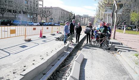 Les obres de millora del carril bici que la Paeria executa a la rambla d'Aragó.
