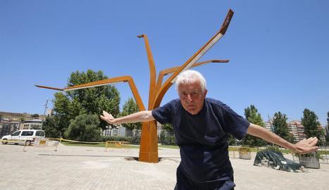 Benet Rossell, el 2015, al costat de la seua última escultura a Lleida.