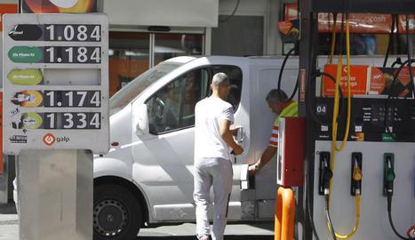 Imatge d'arxiu d'una persona que posa gasolina en una estació de servei.
