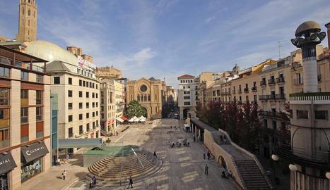 L'home va abordar diverses persones a la plaça Sant Joan.